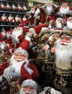 Manchmal macht´s einfach die Masse - Weihnachtsfigurenpräsentation in Oslo. Eine ganze Abteilung mir Weihnachtsfrauen und Männen.
