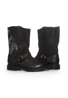 """Bota tipo """"biker"""" realizada en piel negra. Con bordado en la bota derecha. (23cm de caña + 3cm de tacón)"""