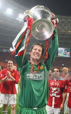 Edwin van der Sar of Manchester United celebrates with the trophy after winning the UEFA Champions League Final match between Manchester United and Chelsea at Luzhniki Stadium on May 21 2008 in Moscow, Russia. One Love Manchester United, Manchester United Old Trafford, Manchester United Legends, Manchester United Football, Man Utd Squad, Premier League Champions, Wayne Rooney, Man United, Ballon D'or