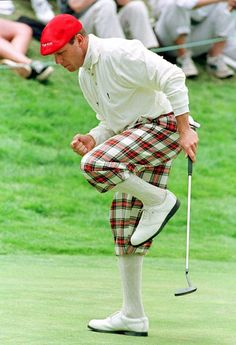 Payne Stewart reacts to a birdie putt during the 1998 U.S. Open in San Francisco. #golf #fashion