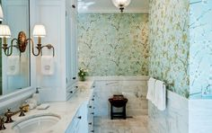Badgestaltung klassisch Blumenmuster hell grüner Hintergrund