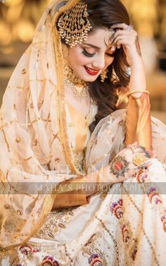 Tips For Planning The Perfect Wedding Day – Cool Bride Dress Pakistani Bridal Makeup, Bridal Mehndi Dresses, Pakistani Wedding Dresses, Bridal Outfits, Bridal Makup, Bridal Dupatta, Nikkah Dress, Bridal Poses, Bridal Photoshoot