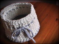 patrón gratis para tejer una linda cesta redonda de trapillo a crochet, explicada paso a paso para **diestros y zurdos**. Disfruta tejiendo conmigo.