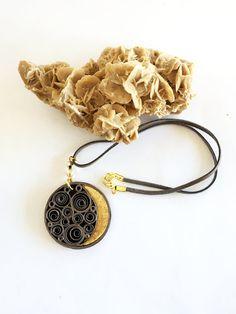 Collana luna in carta quilling, grigio antracite e oro, regalo per lei, vegan friendly, eco gioiello di carta, dipinto a mano