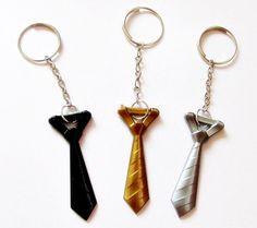 **GRAVATINHAS COM CHAVEIRO** Acompanha TAG personalizada com nome dos noivos e data! Material: Acrílico Gravatinhas em acrílico de alta qualidade (CORES DISPONÍVEIS: PRETA/ PRATA / DOURADA/ AZUL ROYAL, AZUL CLARO/BRONZE/ VERMELHA/ BRANCA) Tempo de produção: 6 dias úteis! Monte seu kit ...