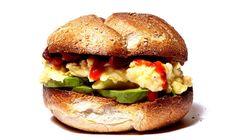Frühstücks-Sandwich mit Ei und Avocado | 21 köstliche Arten, wie Du Avocados zum Frühstück essen kannst