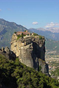 Mosteiros se equilibram sobre rochedos em Meteora