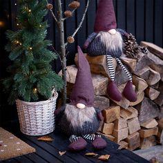 """1,457 kedvelés, 4 hozzászólás – JYSK Magyarország (@jyskhu) Instagram-hozzászólása: """"NORNOR manóink csak rád várnak áruházainkban és webshopunkban :) #elf #manó #xmas #christmas…"""" Mochi, Straw Bag, Elf, Projects, Instagram, Figurine, Log Projects, Blue Prints, Elves"""