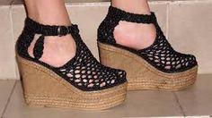 Resultado de imagen para zapatos tejidos Crochet Slipper Boots, Crochet Sandals, Crochet Shoes, Crochet Slippers, Crochet Clothes, Knit Crochet, Make Your Own Shoes, Sock Shoes, Crochet Projects