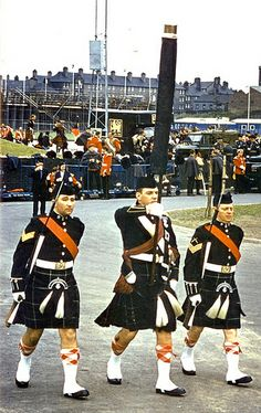 Colour party in dress highland with cased colour. Kilt is Mackenzie tartan. note the various other Army bands in the background Mackenzie Tartan, Army Band, British Army Uniform, British Armed Forces, Man Of War, Men In Kilts, Highlanders, Military History, Edinburgh