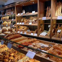 Perhaps the wall around the walk in has shelves for baked goods. This is Boulanger de Monge, 123 Rue Monge, Paris. Bakery Store, Bakery Cafe, Cafe Restaurant, Restaurant Design, Bread Display, Bakery Display, Bakery Shop Design, Cafe Design, Bakery Interior