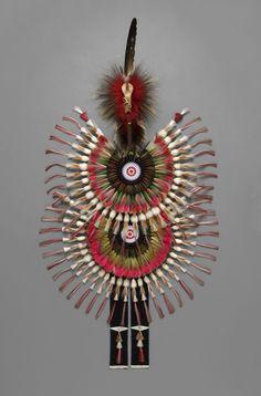 Parure de plumes, vers 1973. © Weltmuseum Wien. Dans l' exposition ' Indiens des plaines' au Quai Branly.