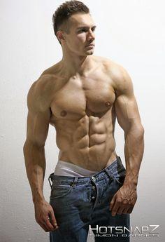 Tristan Edwards s'exhibe juste en jeans