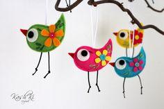Velikonoční+dekorace+-+ptáček+Velikonoční+dekorace.+Dekorace+jsou+ušité+z+plsti,+vyplněny+dutým+vláknem.+Ozdobeny+kytičkami+a+perličkami.+Cena+za+1ks.+Velikost+ptáčka+6x4+cm+Ptáčci+jsou na+objednávku. Do+objednávky,+prosím,+napište+o+jakou+barvu+máte+zájem:+světle+růžová+tyrkysová+starorůžová+žlutá+tmavě+růžová+bílá+zelená+fialová