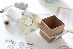Hier findest du eine Anleitung wie du eine schöne Milchkarton-Verpackung basteln kannst. Verpacke deine Geschenke persönlich, kreativ und anders. Container, Mother's Day Diy, Book Folding, Gift Wedding, Craft Tutorials