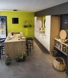 #cuisine carrelage gris, meubles blancs et bois. Murs vert anis et peinture ardoise | SoCoo'c                                                                                                                                                      Plus