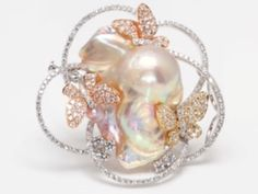 Assael Pin Collection - Freshwater pearl with diamond butterflies - 18k white, yellow and rose gold - Lustrous pearl 34.7mm - 25.0mm -16.2mm - 2.70 cts. total weight diamonds - one of a kind, Assael D