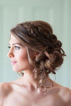 Una joven mujer con un peinado recogido bajo con trenzas #hairstylesrecogido #peinadosrecogidos