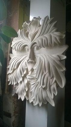 Tête de feuille. Sculpture en pierre réalisée par Olivier Scieur qui a pour dimension 100 centimètres.