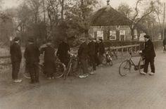 Moorden, doodslag op plaatsnaam. Moord in Staphorst, Nederland 1941. Foto: De dorpsbewoners bespreken de moord, in de nabijheid van de boerderij. Staphorst, Nederland, 1941. #Overijssel #Staphorst