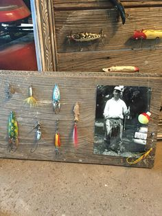 Fathers Day Gifts 2019 - Father& Day fishing gift using antique lures Diy Father's Day Gifts, Father's Day Diy, Gone Fishing, Fishing Lures, Fishing Rods, Fishing Lure Decor, Fishing Decorations, Magnet Fishing, Fishing Signs