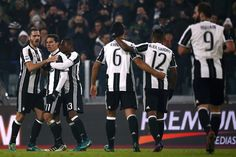 Juventus' Brazilian midfielder Anderson Hernanes (2nd-L) celebrates with teammates after scoring a goal during the Italian Serie A football match between Juventus and Pescara at the Juventus Stadium in Turin on November 19, 2016. / AFP / MARCO BERTORELLO