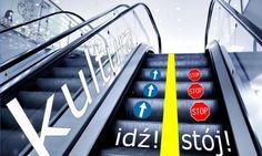 Pamiętajmy, że korzystając z ruchomych schodów trzymajmy się ZAWSZE ich prawej strony. Gdy natomiast, korzystamy z nich razem z partnerem/partnerką - ustawmy się gęsiego, czyli jeden za drugim. Odstęp przy lewej barierce jest dla osób, które się spieszą. Aby zyskać kilka sekund, można po schodach ruchomych także iść. Zatem jeśli, stoimy przy lewej stronie schodów, a ktoś nas przeprasza i chce nas wyminąć, nie oburzajmy się i pozwólmy takiej osobie przejść.