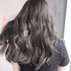 Hair Streaks, Hair Highlights, Medium Hair Styles, Curly Hair Styles, Medium Straight Haircut, Pretty Hair Color, Silver Grey Hair, Hair Dye Colors, Hair Looks
