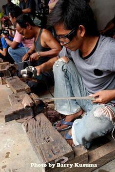 1 Desa Pembuat Keris Tradisional, Mahakarya Indonesia. Indonesian Art, Javanese, Weapons, Indie, The Incredibles, Sword, Angels, Traditional, Antique