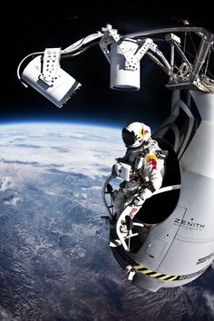 Felix Baumgartner makes his Red Bull Stratos freefall jump from the edge of space on Oct. His suit, made by David Clark Co., is based on pressure suits made for Air Force and NASA pilots. Felix Baumgartner, Earth And Space, Cosmos, Speed Of Sound, Fotografia Macro, Space And Astronomy, Nasa Space, Sistema Solar, First Humans