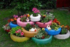 des pneus peints transformés en déco de jardin