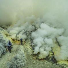 Letztes Bild aus #indonesien die unglaublichen Arbeitsbedingungen beim Schwefelabbau am #kawahijen #vulkan  #99instagramers #99igers  #olympus by 99igers