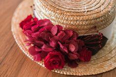 Canotier con flores preservadas para invitada.