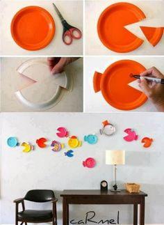 Verschillende g ekleurde plastic en/of papieren bordjes aanschaffen en een vrolijke vissenwand maken