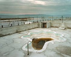 Photographer J Bennett Fitts traveled through the US to find these abandoned motels pools and capture the emptiness of these venues that were once places of happiness. // 'No Lifeguard On Duty' by John Bennett Fitts Abandoned Buildings, Abandoned Places, Missouri, Kansas City, Empty Pool, Desert Places, Abandoned Amusement Parks, Lifeguard, Ghost Towns