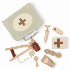 Drewniany zestaw małego lekarza – doctor set – konges slojd – COCOSHKI Doctor Play Set, Playing Doctor, Doctor Names, Wood Structure, Name Tags, Imaginative Play, Cotton Bag, Pretend Play, A Boutique