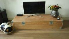 TV meubel van een flight case. Koffer waarin door een band een elektrische piano werd vervoerd.