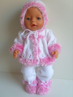 poppenkleertjes breien of haken - Bing images Knitting Dolls Clothes, Crochet Doll Clothes, Knitted Dolls, Doll Clothes Patterns, Baby Born Clothes, Bitty Baby Clothes, American Girl Clothes, Baby Sweater Knitting Pattern, Baby Knitting Patterns