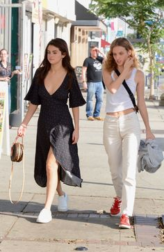 February Selena and Petra Collins in Los Angeles Estilo Selena Gomez, Selena Gomez Cute, Selena Gomez Outfits, Selena Gomez Photos, Selena Gomez Style, Selena Gomez 2019, Celebrity Casual Outfits, Celebrity Style, Look Fashion