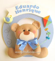 Feltrolândia - O mundo mágico do Feltro: Enfeite de Porta Maternidade Doll Crafts, Baby Crafts, Crafts For Kids, Baby Door, Felt Wreath, Baby Kit, Felt Decorations, Felt Diy, Felt Dolls