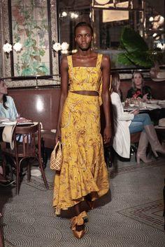 Johanna Ortiz Resort 2019 Fashion Show Collection: See the complete Johanna Ortiz Resort 2019 collection. Look 17 Fashion Moda, Look Fashion, Fashion News, High Fashion, Fashion Show, Fashion Outfits, Womens Fashion, Date Outfits, Fashion Design