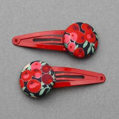 Duo de barrettes pour enfants en tissu Liberty Wiltshire rouge et vert, comme un bijou dans les cheveux des petites filles. Un accessoire pratique et joli. Longueur totale : 5,5 cm. Diamètre du bouton : 2,5 cm.  http://www.lilooka.com/dehors/barrettes-filles-en-tissu/duo-de-barrettes-filles-liberty-wiltshire-rouge-et-vert-lilooka.html