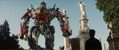 Optimus Prime hace llamar a Sam por medio de Bumblebee, pero el joven Universitario no quiere cooperar con los #Autobots