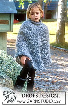 Blue Pigeon - Poncho in Puddel mit hohem Hals und Stulpen in Karisma Superwash - Free pattern by DROPS Design Poncho Knitting Patterns, Crochet Cardigan Pattern, Knitted Poncho, Knit Crochet, Crochet Patterns, Knitting For Kids, Crochet For Kids, Free Knitting, Baby Knitting