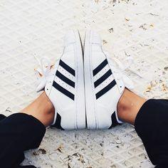 adidas superstar-these are SUPER comfy Milan Fashion Weeks, New York Fashion, Teen Fashion, Runway Fashion, Fashion Models, Fashion Tips, Fashion Trends, Tokyo Fashion, Fashion Designers