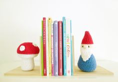 Free crochet pattern and tutorial of book ends with crochet gnome and mushroom.
