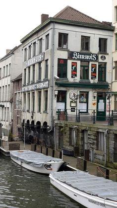 Het bierhuis aan de waterkant -foto wimvanmele