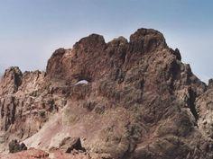 Massif du Monte Cintu (Monte Cinto) - Le Capu Tafunatu (2 335) et située dans la pieve du Niolu, au nord-ouest de l'île. Capu Tafunatu signifie littéralement « tête trouée ». Proche de la Paglia Orba et située dans le massif du Monte Cintu, cette montagne a la particularité d'avoir son sommet troué (le trou faisant 35 mètres de large pour plus de 10 mètres de haut). Elle se trouve au sud-est de Manso. A noter que le soleil passe dans l'axe du trou deux fois par an.