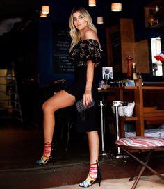 A it-girl @dandynhabarbosa arrasou na escolha da sandália preta com tiras coloridas que trazem o frescor e modernidade do verão! 💙💚💛 High Heels Carmen Steffens