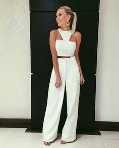 Bianca Petry, top cropped branco, calça de alfaiataria pantalona branca. Look total white, todo branco.